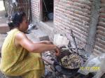 Seorang ibu, stakeholder di Caruban sedang membuat kacang goreng untuk dijual.